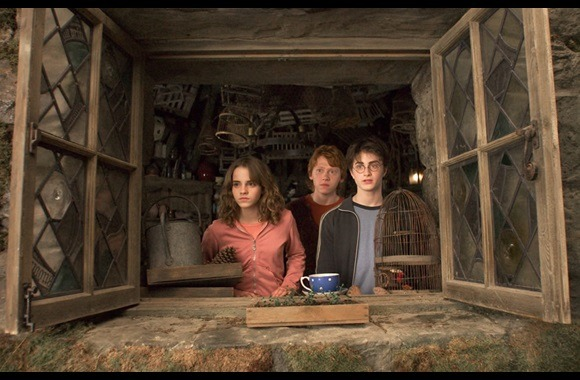 Still from Harry Potter and the Prisoner of Azkaban with Hermonie, Ron and Harry looking out a window